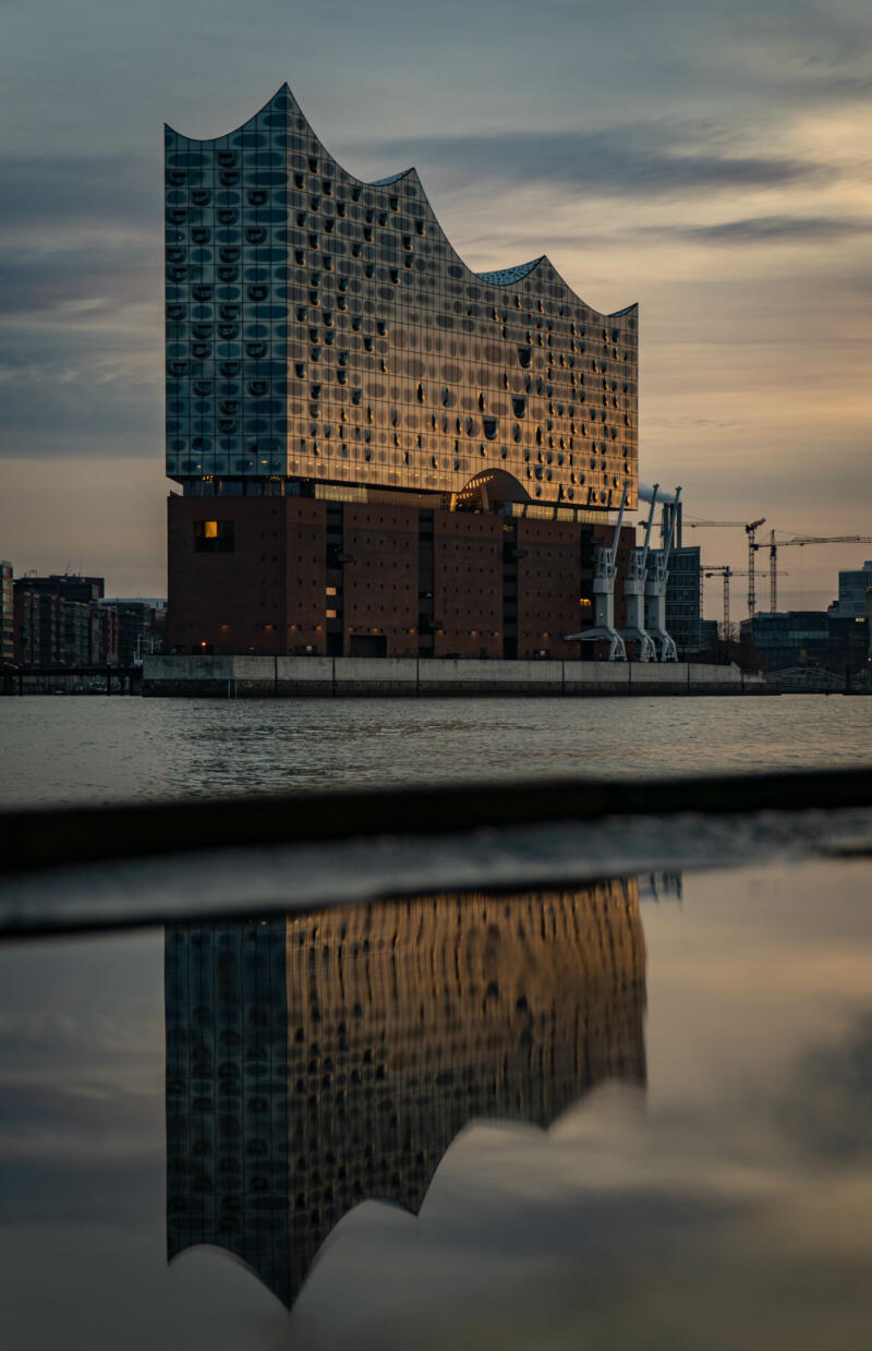Jan Düerkop: building mirrored against a puddle