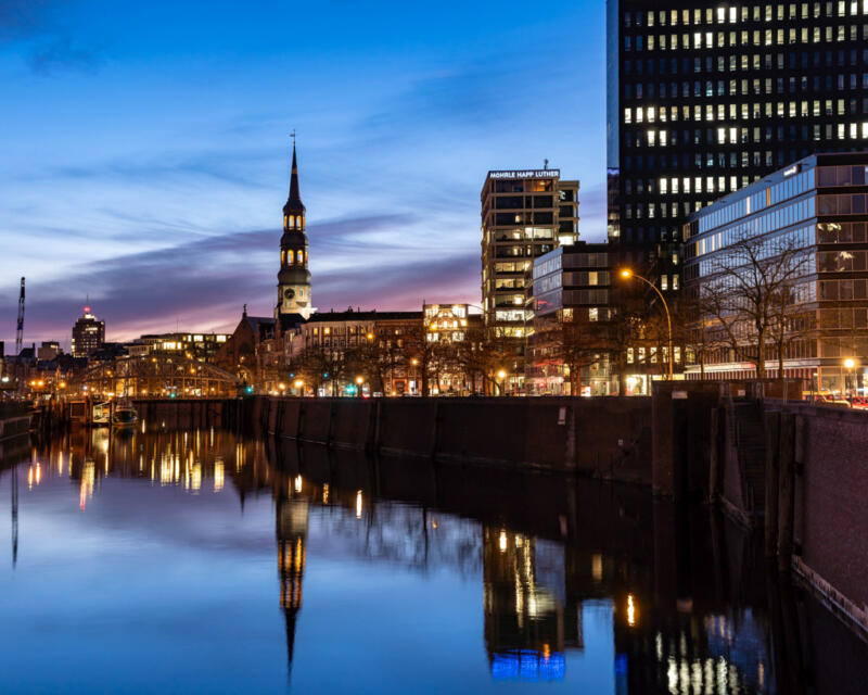 Jan Düerkop: a body of water mirroring the city at dawn.